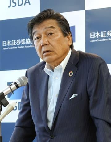 記者会見する日本証券業協会の鈴木茂晴会長=29日午後、東京都中央区