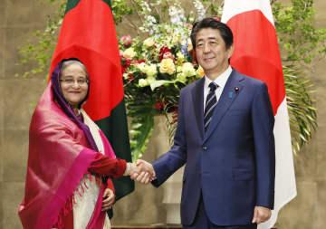バングラデシュのハシナ首相(左)と握手する安倍首相=29日午後、首相官邸