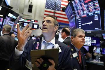 ニューヨーク証券取引所のトレーダー=29日(AP=共同)