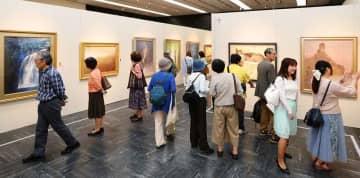 「春の院展」で多彩な日本画を堪能する来場者(京都市下京区・京都高島屋)