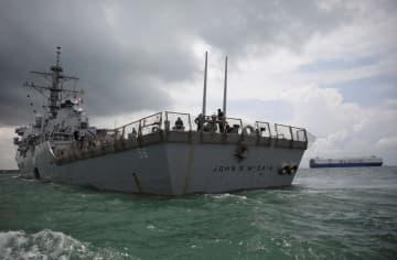 米海軍のイージス駆逐艦=2017年8月、シンガポール沖(ロイター=共同)