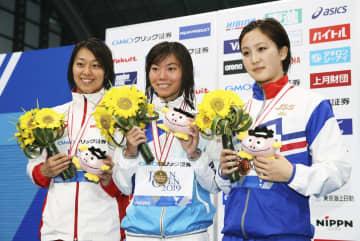 女子100メートル平泳ぎで優勝した青木玲緒樹(中央)。左は2位の鈴木聡美、右は3位の渡部香生子=東京辰巳国際水泳場