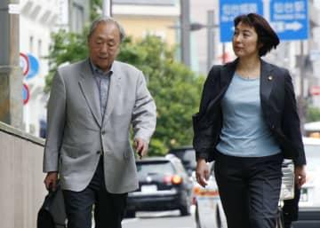 控訴のため裁判所に向かう原告側の新里宏二弁護団長(左)ら=31日午前、仙台市