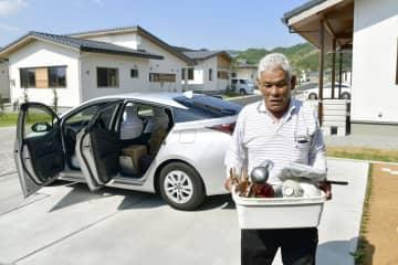 災害公営住宅へ荷物を運び込む木村茂夫さん=1日午前、福島県大熊町