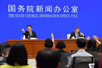 米中貿易摩擦に関する報告書を発表し、記者会見する中国側の担当者=2日、北京(共同)