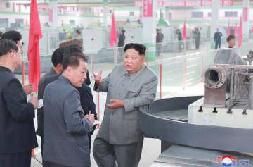 平南機械総合工場を視察する金正恩朝鮮労働党委員長。朝鮮中央通信が2日配信した(朝鮮通信=共同)