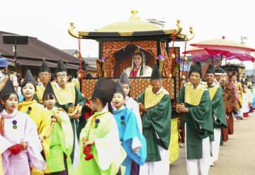 かつて天皇の代理として伊勢神宮に仕えた斎王が都から神宮に向かう行列を再現したイベント=2日午後、三重県明和町