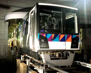 逆走して衝突事故を起こした車両=3日午前1時ごろ、横浜市金沢区のシーサイドライン車両基地