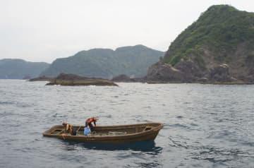 5月下旬、高知県須崎市の沖合で発見された「日進丸」(高知海上保安部提供)