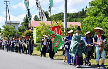 豊作を願い、笛や太鼓を鳴らしながら地域を歩く住民