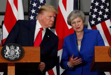 共同記者会見を開くトランプ米大統領とメイ英首相=4日、ロンドン(ロイター=共同)
