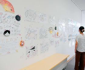 写真やネコ文字絵が展示されている「9lives~猫のイラスト・写真展」