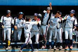 NTT西日本-日本製鉄広畑 日本製鉄広畑1回表2死二塁、西川の二塁打で先制のホームを踏み、ナインの出迎えを受ける市原(8)