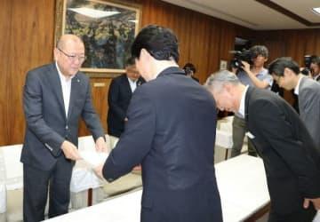伊原木知事から要請文を受け取る松田会長(左)