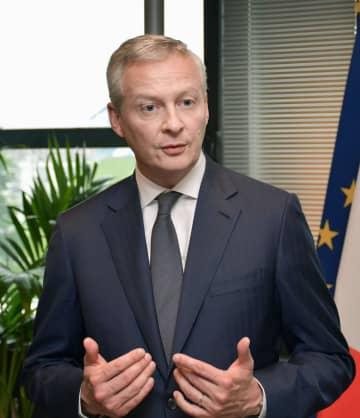 記者会見するフランスのルメール経済・財務相=5日、パリ(共同)