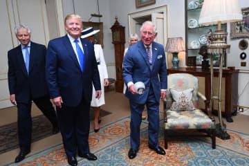 3日、チャールズ英皇太子(右)と茶会に臨むトランプ米大統領=ロンドン(ゲッティ=共同)