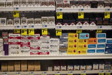 ビバリーヒルズの商店の棚に置かれたたばこ=5月(AP=共同)