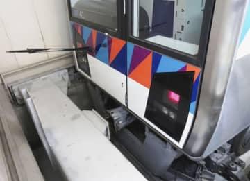 車止めに衝突して止まった「金沢シーサイドライン」の事故車両。衝突の衝撃でワイパーが前方に飛び出している=1日深夜、新杉田駅(横浜シーサイドライン提供)