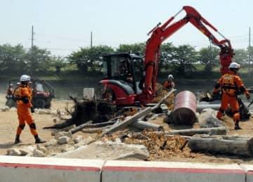 ショベルカーなどを使って行われた「土砂・風水害機動支援部隊」の救助訓練=6日午前10時10分、岡山市消防教育訓練センター