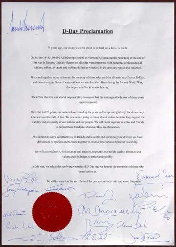 英南部ポーツマスでのノルマンディー上陸作戦75年記念式典に参加した16カ国首脳が署名した宣言書(英首相官邸提供・共同)