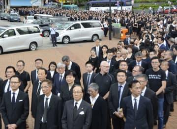 黒い服を着て香港中心部をデモ行進する法曹関係者ら=6日(共同)