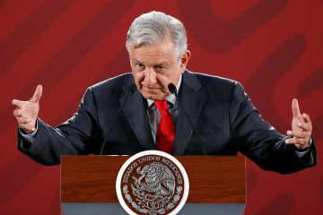 6日、メキシコ市で記者会見するメキシコのロペスオブラドール大統領(ロイター=共同)