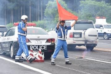 高速道での事故処理対応を訓練する隊員
