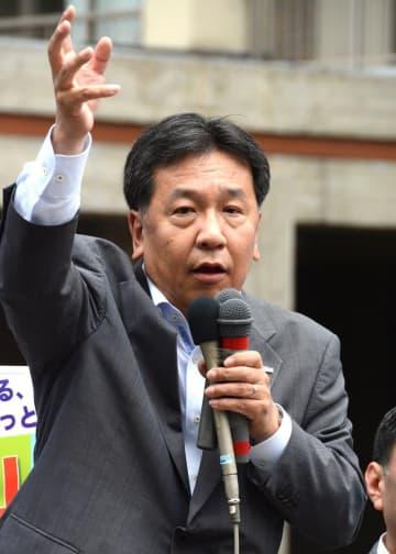 演説する立憲民主党の枝野代表=8日午後、JR関内駅前