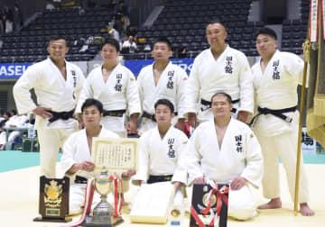 柔道の全日本実業団体対抗大会の男子3部を制した国士舘大クラブ。後列右から2人目は鈴木桂治=高崎アリーナ