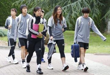 練習会場に向かう宝田(左から2人目)、遠藤(右端)ら=パリ近郊(共同)