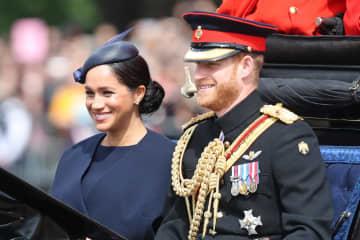8日、ロンドンでパレードに参加したヘンリー王子(右)と妻メーガン妃(ゲッティ=共同)