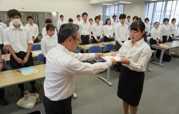 委嘱状を受け取る学生の代表