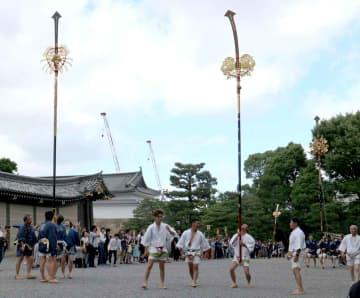 来場者を引きつけた個性豊かな剣鉾差しの実演(京都市中京区・二条城)