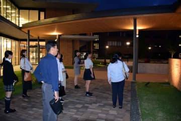 ナイトオープンキャンパスで大学の案内を受ける参加者(京都府京田辺市興戸・同志社女子大)