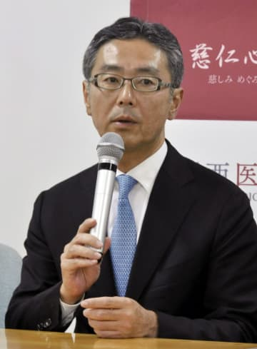 記者会見する関西医科大の里井壮平教授=10日、大阪府枚方市