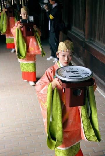 漏刻祭で、最新型の時計を奉納するびわ湖大津観光大使ら(大津市神宮町・近江神宮)