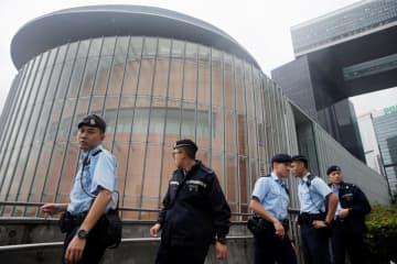 香港立法会(議会)周辺を警戒する警察官=11日(ロイター=共同)