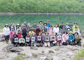 橘湖での記念撮影に収まる参加者