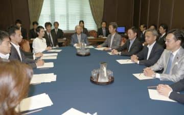 参院予算委理事懇談会に臨む与党理事(右側)と野党理事=12日午前
