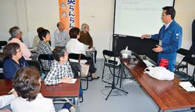 ふれあい昼食会で防災について講義を受ける参加者