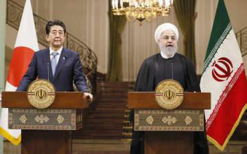 共同記者発表する安倍首相(左)とイランのロウハニ大統領=12日、テヘラン(共同)