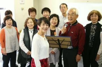 歌う楽しさを教えている仲道圭子さん(手前)と華音倶楽部のメンバー=大分市コンパルホール