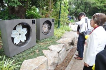 靖国神社に設置された本県の「さくら陶板」(左)=12日午後、東京・九段北