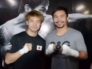 マニラの名門ジムで試合を控えたパッキャオ(右)と遭遇した田中