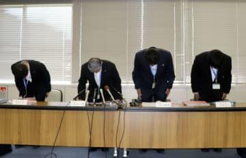 大阪府吹田市の市立小女児のいじめ放置問題で、記者会見し頭を下げる教育委員会の幹部ら=13日午後、吹田市役所