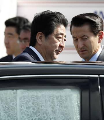 イラン訪問を終え、帰国した安倍首相=14日午前、羽田空港