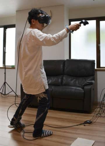 ゲーム会社のスタジオで練習を重ねる上田さん(京都市中京区)