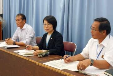 引きこもりの実態把握に向けた取り組みを説明する県社協の担当者ら(大津市・県庁)