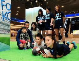 女子ラグビー選手と一緒にトライを決めるポーズをする子どもたち=15日午後、神戸市中央区東川崎町1(撮影・鈴木雅之)
