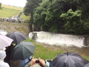 「ゆる抜き」で勢いよく流れ出る満濃池の水